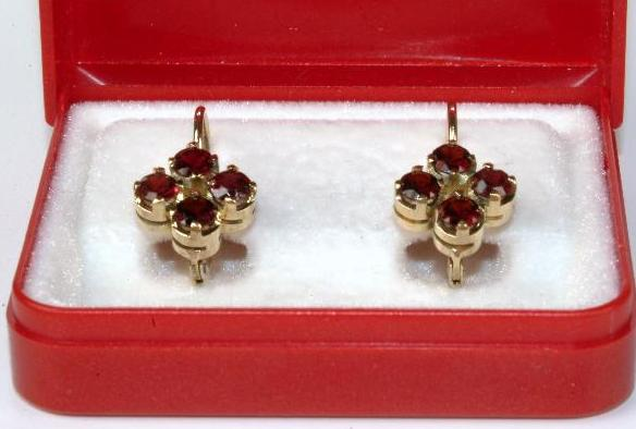Yellow gold earrings with garnets
